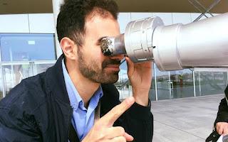 Ο Βαγγέλης Αυγουλάς βλέπει μέσα από το τηλεσκόπιο
