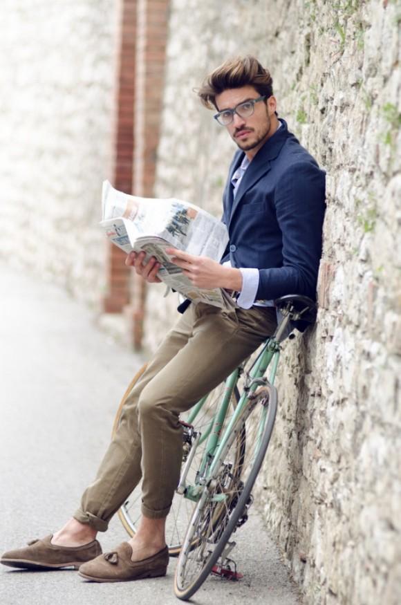 Ένα δείγμα ντυσίματος για το πως να συνοδέψεις τα μοκασίνια σου. Το  ποδήλατο και τα γυαλιά 854765a3d34