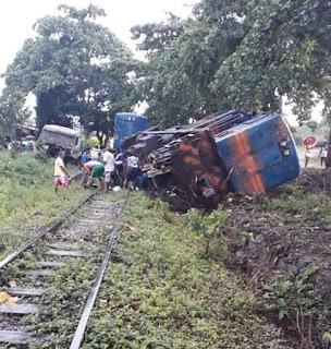 Trem com diesel descarrila, em Catu