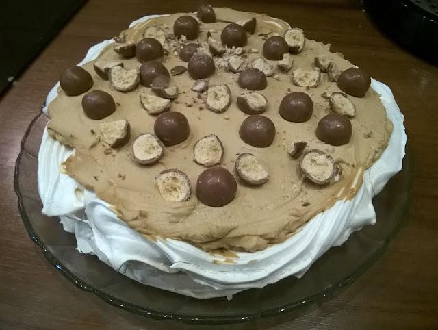tort bezowy, maltesers, trocik bezowy, tort kawowy