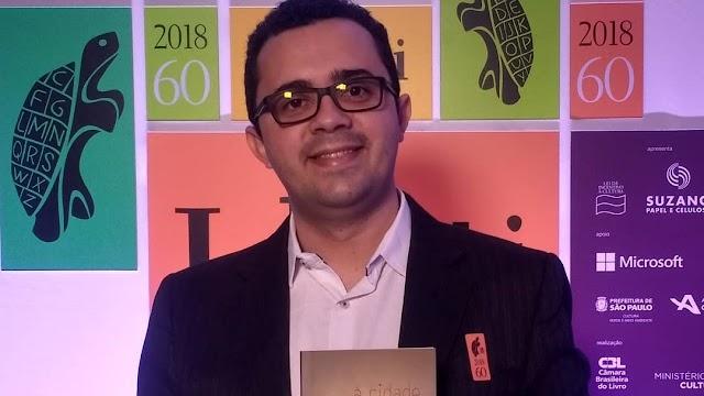 Cearense Mailson Furtado ganha o Prêmio Jabuti de livro do Ano