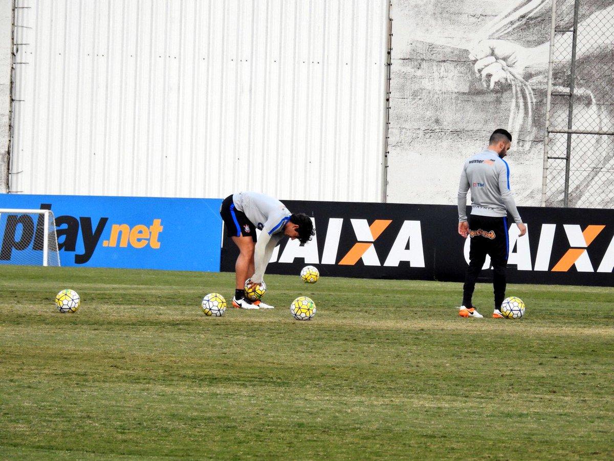 a6ada9ca6b Bruno Henrique e Alexandre Pato treinam cobranças de falta nesse momento.  Nos outros campos