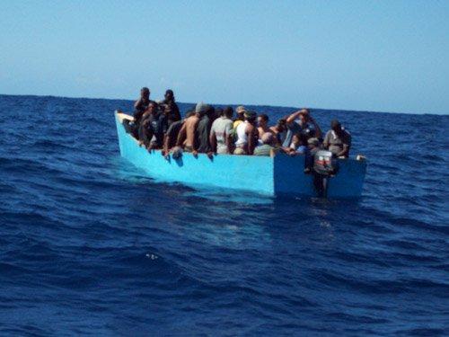 Detienen un grupo de dominicanos por tratar de entrar ilegalmente a Puerto Rico en yola