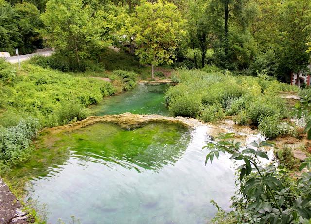 Piscinas de agua turquesa en Orbaneja del Castillo