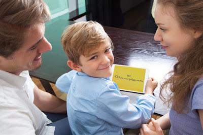 niño con padres jugando tablet