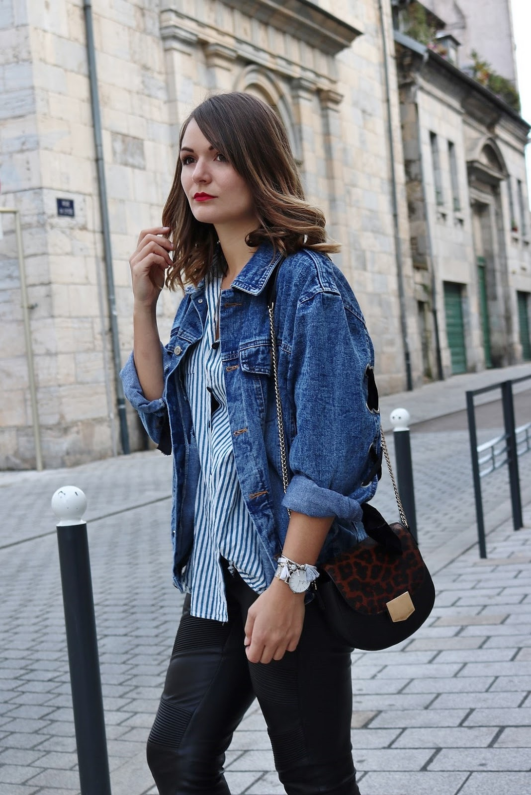 pauline-dress-tenue-look-besancon-veste-denim-lace-up-noir-tregging-chemise-rayee-sac-leo-zoom-hair