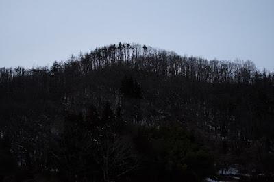 長野県生坂村の古民家カフェひとつ石の裏の里山