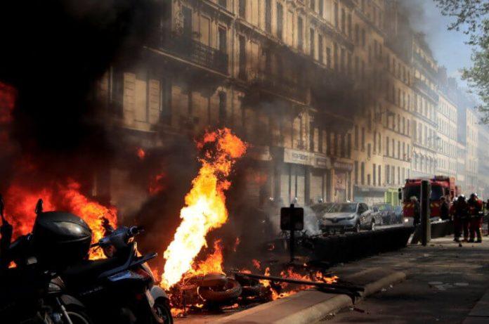 Κόλαση στην Γαλλία με τα κίτρινα γιλέκα – Οδομαχίες και φωτιές