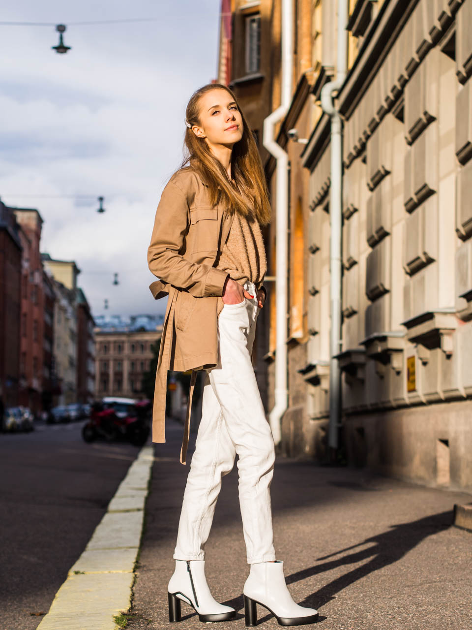 Fashion blogger autumn outfit photographed in golden hour in Helsinki - Muotiblogi syysmuoti-inspiraatio Helsinki