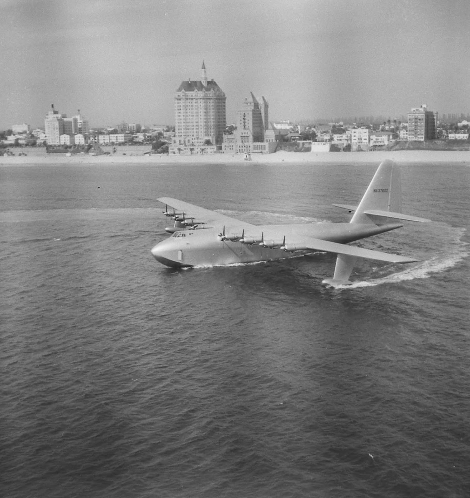 After picking up speed on the channel facing Cabrillo Beach the Hercules lifted off, remaining airborne for 26 seconds at 70 ft (21 m) off the water at a speed of 135 miles per hour (217 km/h) for about one mile (1.6 km).
