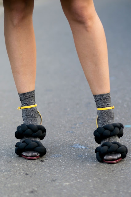 Sandalias de tacón con calcetines street style