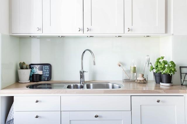 kuchnia w stylu skandynawskim, biała kuchnia, kuchnia bez kafelek