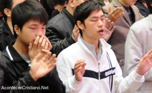 Cristianos chinos adorando a Dios