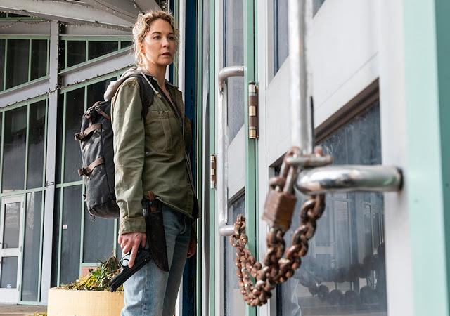 Naomi (Jenna Elfman) nell'episodio 6