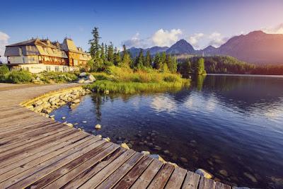 Hotel en un lago