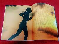 雑誌に乗るメンバーの影の走る姿
