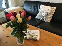 Hyggelig med roser og avis!