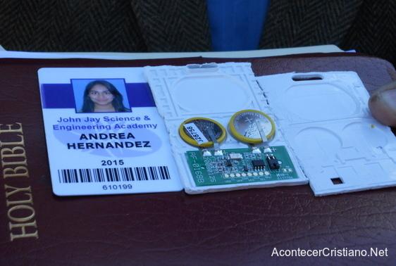 Identificación de estudiante con microchip sobre una Biblia