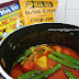 Kari sayur dan ayam goreng berempah menu tengahari pembuka selera