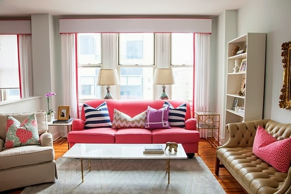 sala con sofá rosa