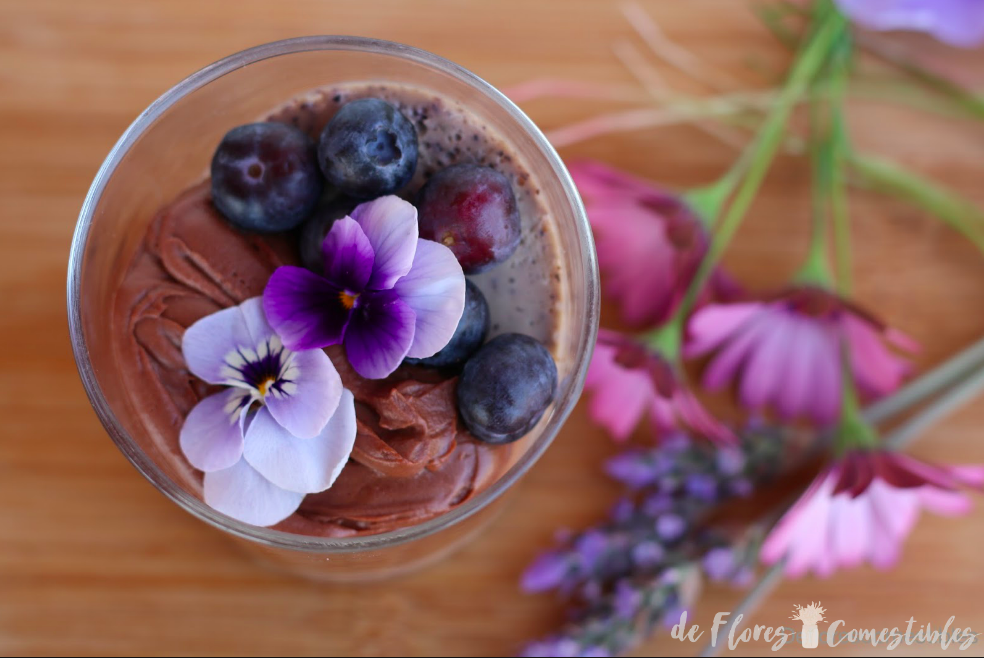 Flores comestibles para decorar un postre  en vaso de chocolate con yogurt