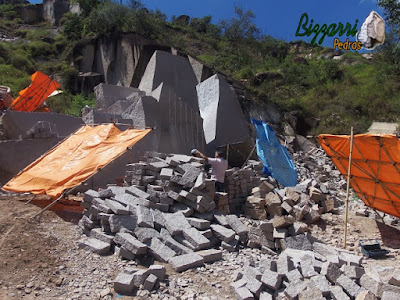 Pedras de granito sendo cortadas para execução de escada de pedra.