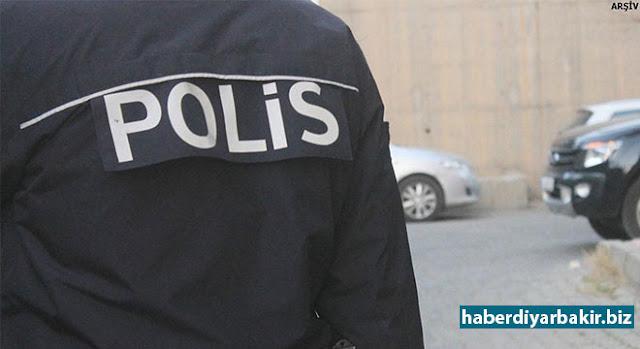 DİYARBAKIR-Diyarbakır'da Newroz kutlaması sırasında alana bıçakla girmeye kalkışan üniversite öğrencisi Kemal Kurkut'un açılan ateşle ölümüyle ilgili haklarında işlem yapılan 2 polisin görevden uzaklaştırıldığı belirtildi.