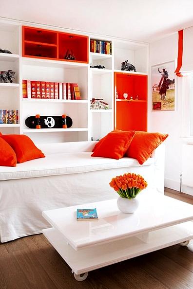 Desain kamar tidur anak laki-laki dengan mengkombinasikan warna putih dan oranye sehingga terlihat lebih segar.