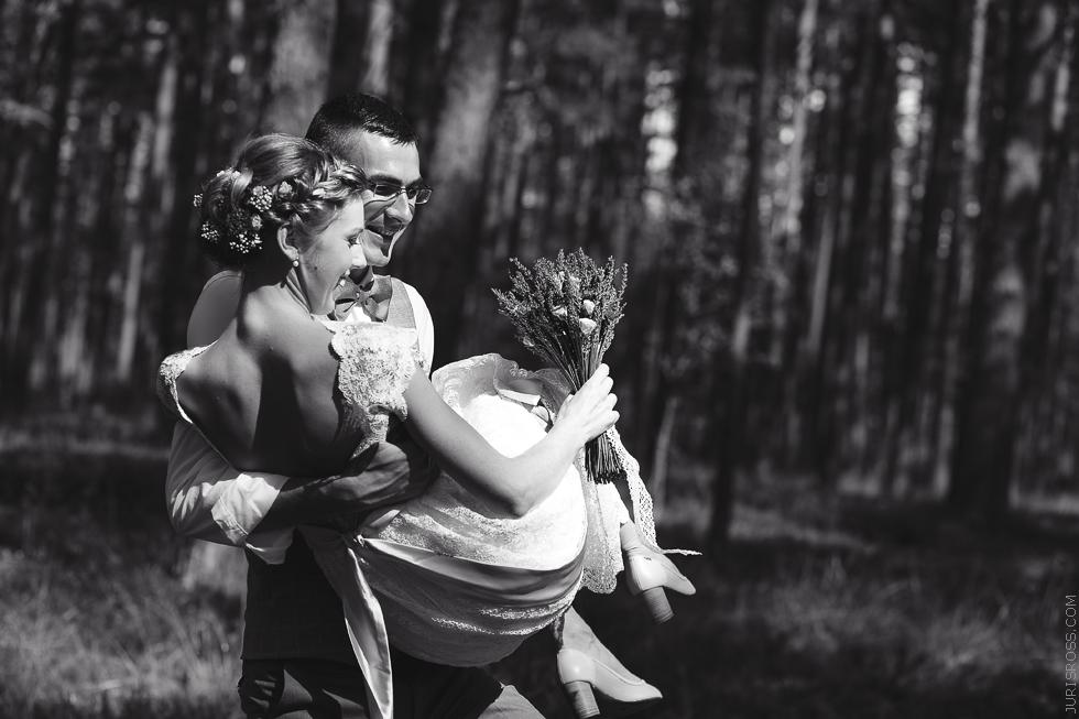kāzu fotogrāfija, kāzu fotosesija dabā, jaunais pāris, līgava un līgavainis, mežs