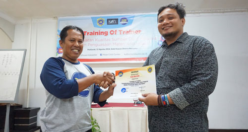 The handover of the Trainer Certificate (Trainer) is symbolically given by the chairman of the West Kalimantan Hoax Crisis Center (HCC), Reinardo Sinaga, to the author at the closing ceremony. Photo of Asep Haryono