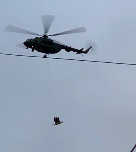 два военных вертолета с неизвестным грузом