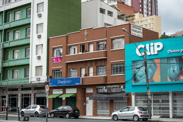 Um pequeno edifício na Rui Barbosa