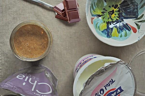 الزبادي والشوكولاتة اغذية صحية للجسم