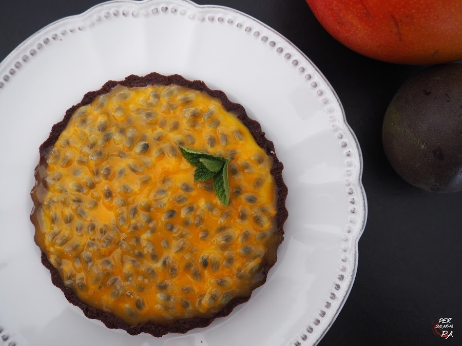 Tartaleta de masa sucré de cacao con crema de mango y fruta de la pasión