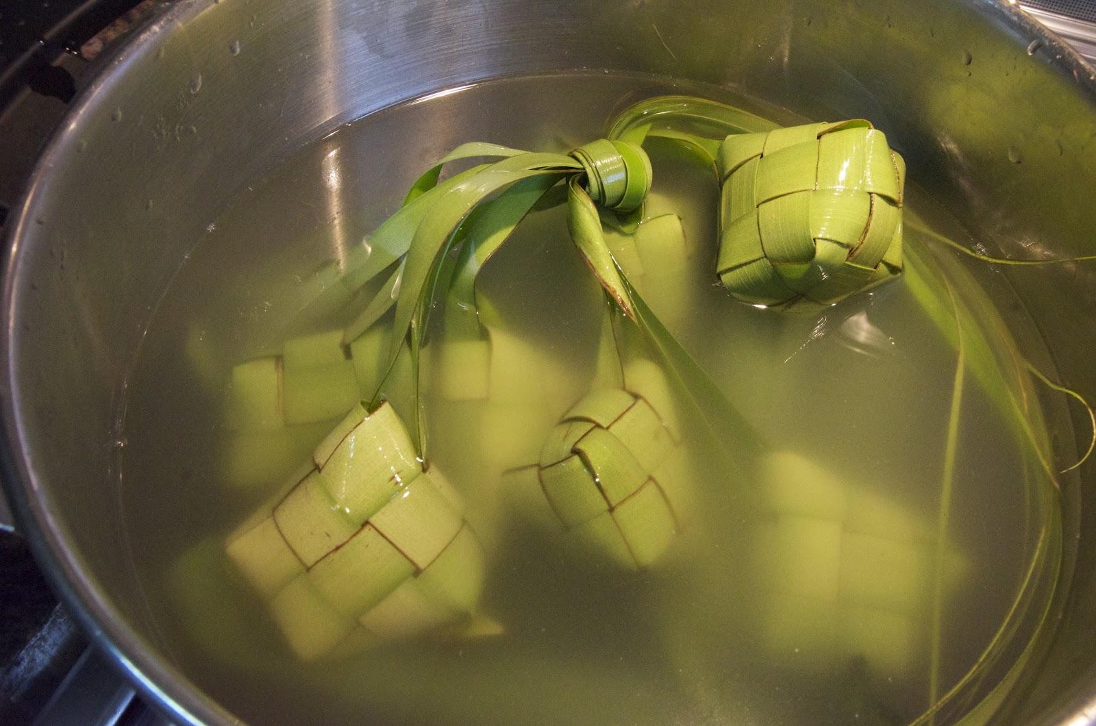 memasak ketupat dengan panci presto