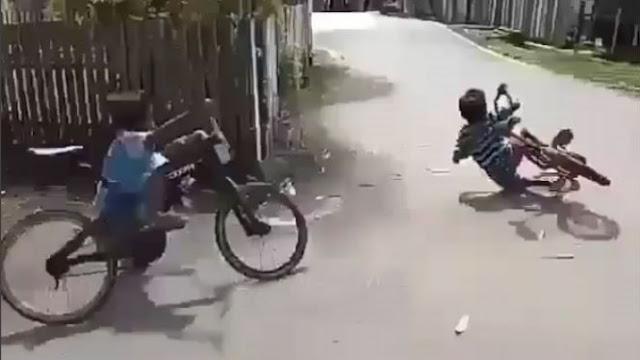 Mirip Moto GP, Dua Bocah Ini Balap Sepeda Gunakan Botol Plastik Bekas