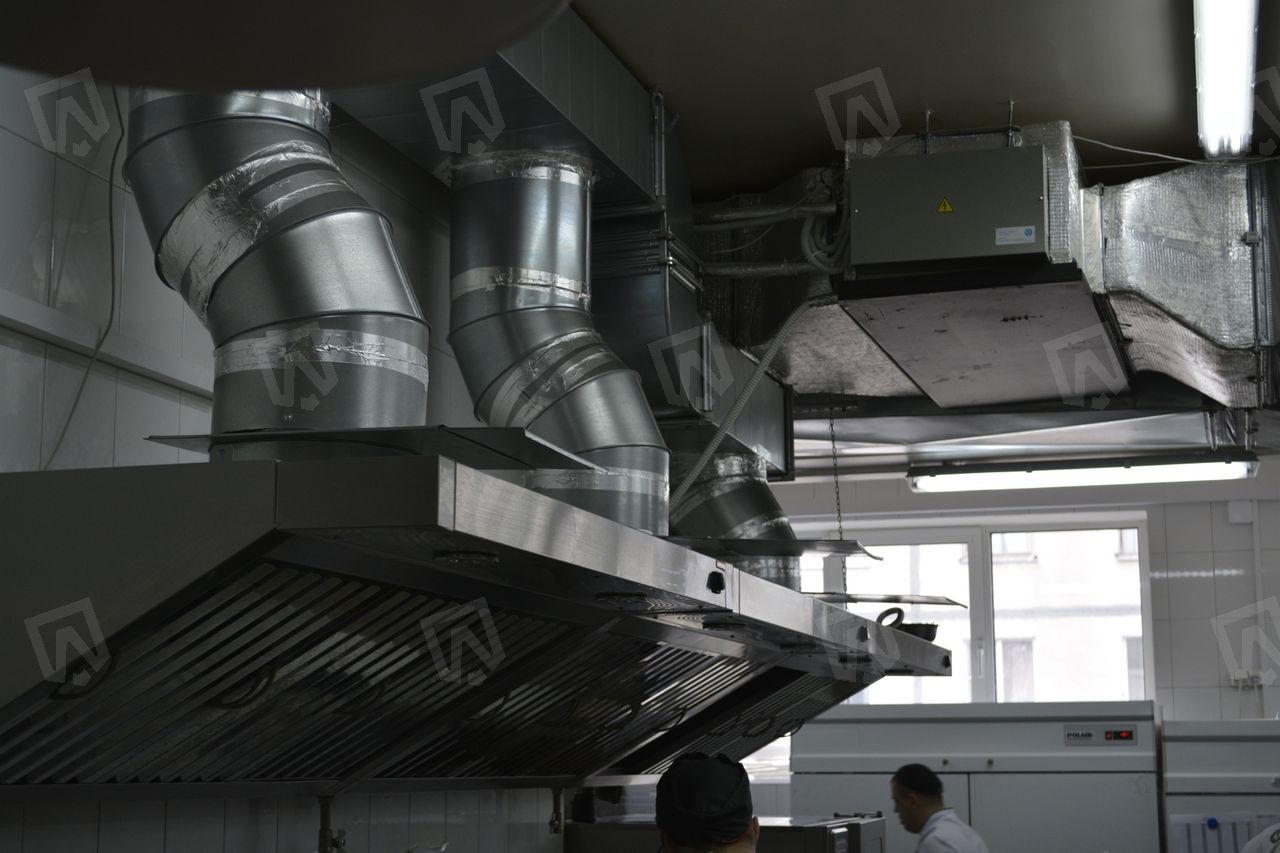 Вытяжные зонты смонтированы над горячими поверхностями