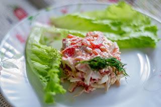 salat-s-krabovymi-palochkami-i-pomidorami