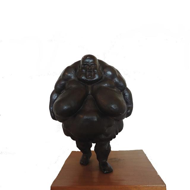 escultura de bronce Ramón Conde mujer gorda a pie
