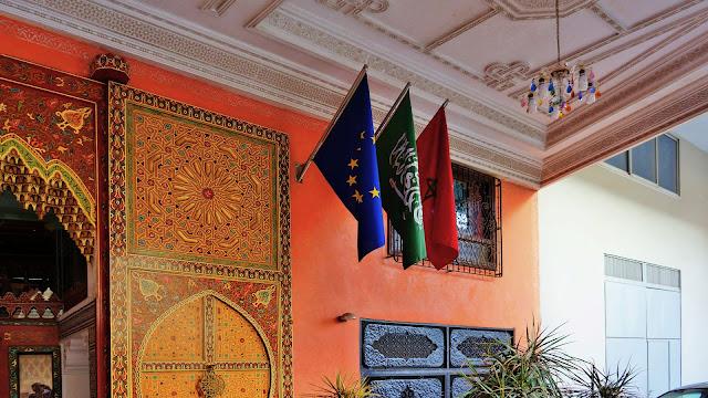 Изображение флагов у входа в отель, Касабланка
