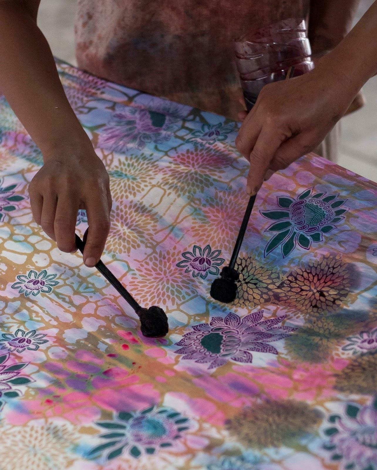 Ubarwiony materiał można też domalować ręcznie