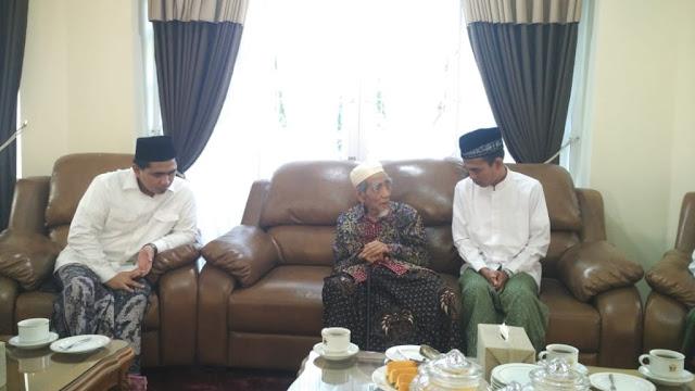 Setelah Baiat ke Habib Luthfi, UAS Sowan ke KH Maimoen Zubair