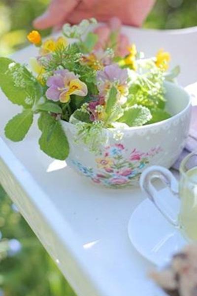 Bunga dalam cangkir ini akan semakin mempercantik pesta kebun, atau acara makan malam keluarga di taman.