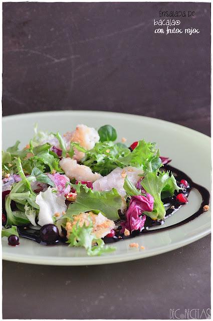 Ensalada de bacalao con frutos rojos