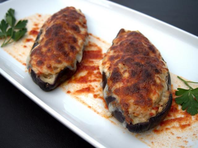 Berenjenas rellenas de merluza y gambas y gratinadas con queso