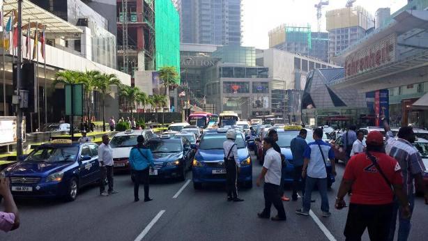 Pemandu teksi mogok di Jalan Bukit Bintang bantah Uber dan Grabcar