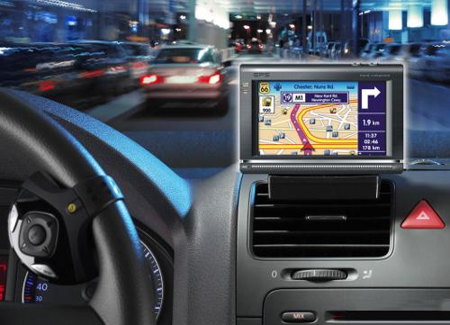 Benarkah Pakai GPS Saat Nyetir Berbahaya?