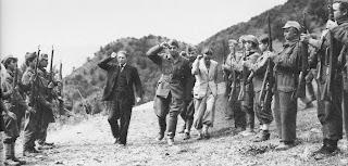 Ο Χότζα επιθεωρεί τμήμα Αλβανών οπλοφόρων