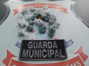 Menor de 15 anos é flagrado pela Guarda Municipal de Campo Grande (MS) em escola com mochila cheia de droga