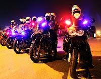 Motorize Polis Ekibi olan Yunuslar'ın çakarları yanarken yan yana bir fotoğrafları